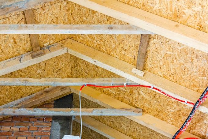 Werkwijze: Schuin dak isoleren langs buitenzijde of binnenzijde?